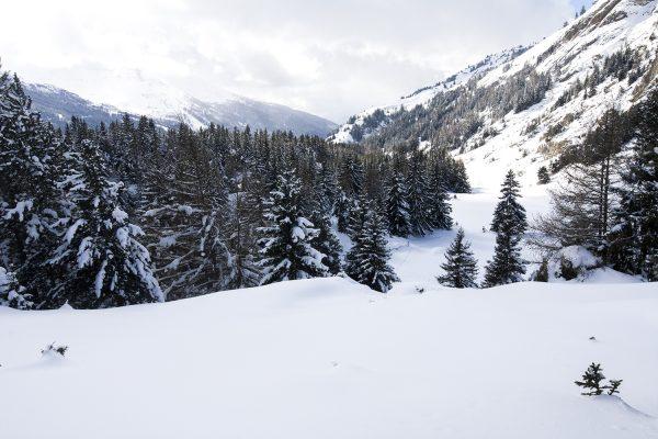 Te voet door een gehucht in de besneeuwde Franse Alpen